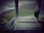 leyendo el periodico en el Cabo Peñas