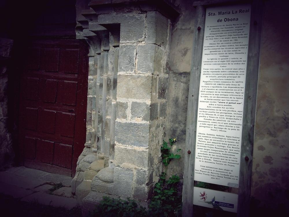 Leyenda a la puerta de Santa María la Real de Obona