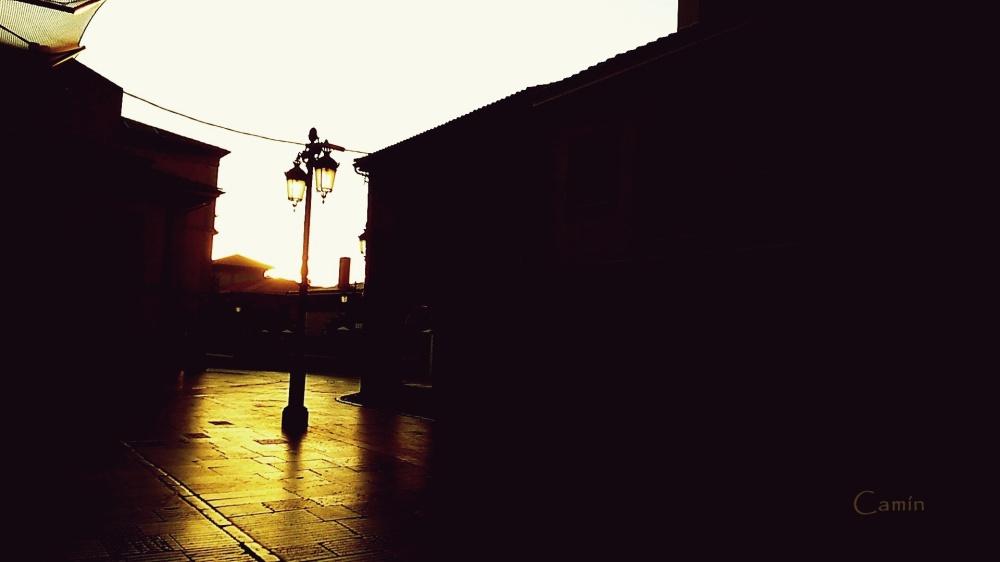 Calle de Galiana al amanecer a la altura de Jesusín de Galiana