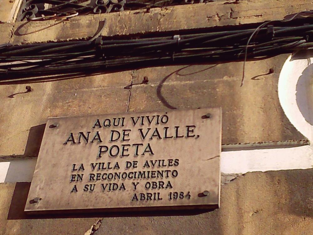 Frente a la Casa de Ana Valle