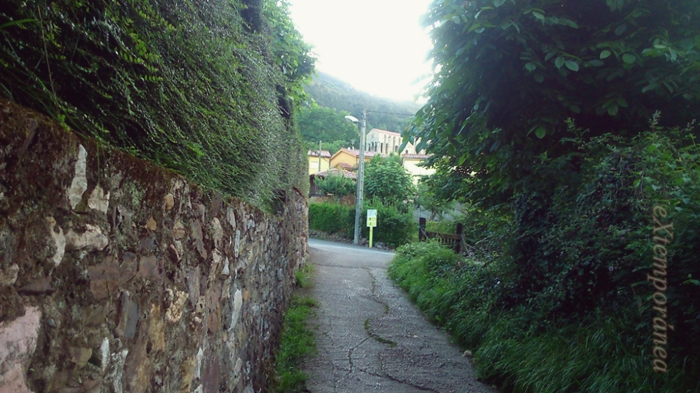 Santa María del Naranco vista desde el sendero que lleva hacia ella